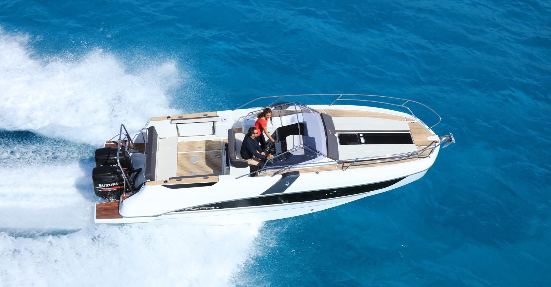 Location BENETEAU Flyer 8.8 SUNdeck à Ajaccio | www.uni-bateaux.com